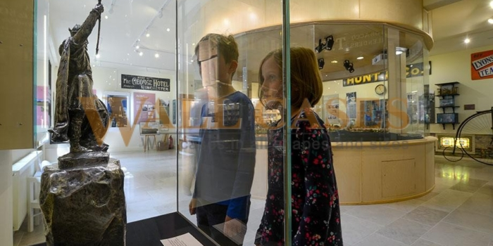Museum showcases and protection